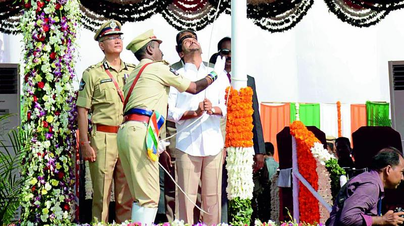 Chief Minister Y.S. Jagan Mohan Reddy unfurls the national flag in Vijayawada on Thursday. (Photo: DC)