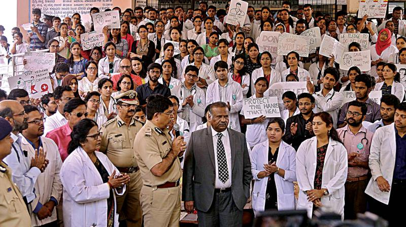 Police Commissioner Bhaskar Rao speaks with agitating doctors at Victoria Hospital in Bengaluru on Wednesday. (Photo: KPN)