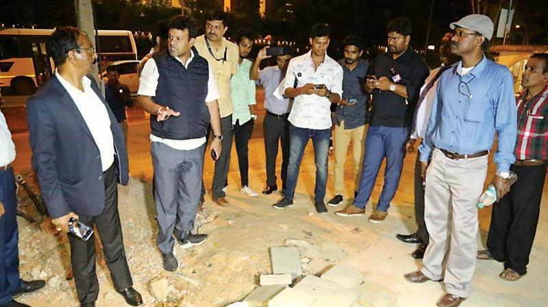 Mayor Gowtham Jain and BBMP Commissioner B.H. Anil Kumar inspect pothole filling operations near Yeshwanthpur flyover. Mr. Kumar directed contractor to provide safety gears to workers. (Photo: DC)