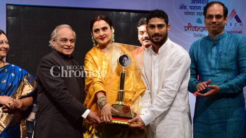 Rekha was presented the Smita Patil Memorial Award by music composer Anandji Virji Shah and Prateik Babbar on Saturday. (Photo: Viral Bhayani)