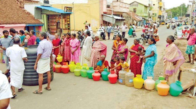 Residents block Arakkonam-Kancheepuram route demanding water supply. — DC