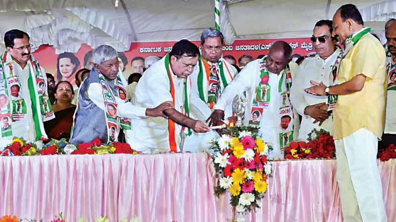 JD(S) supremo and coalition candidate from Tumakuru Lok Sabha polls, H.D. Deve Gowda, coalition government's coordination committee chairman Siddaramaiah, Congress leaders K.N. Rajanna, Muddahanume Gowda, S.R. Srinivas and others during campaigning at Madhugiri in Tumakuru on Wednesday. (Image KPN)