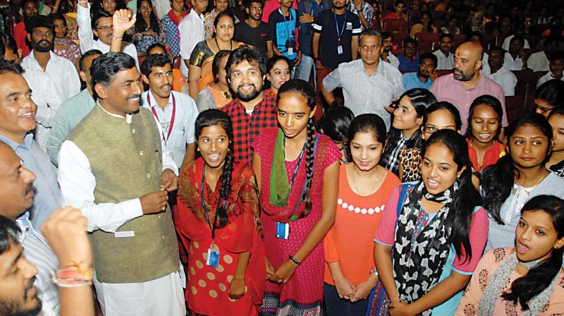 BJP general secy Muralidhar Rao with youth in Bengaluru. (Image KPN)
