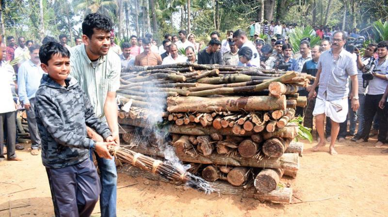 The funeral of senior IPS officer  K Madhukar Shetty at his village Yedadi, in Udupi district on Sunday (Photo: KPN)