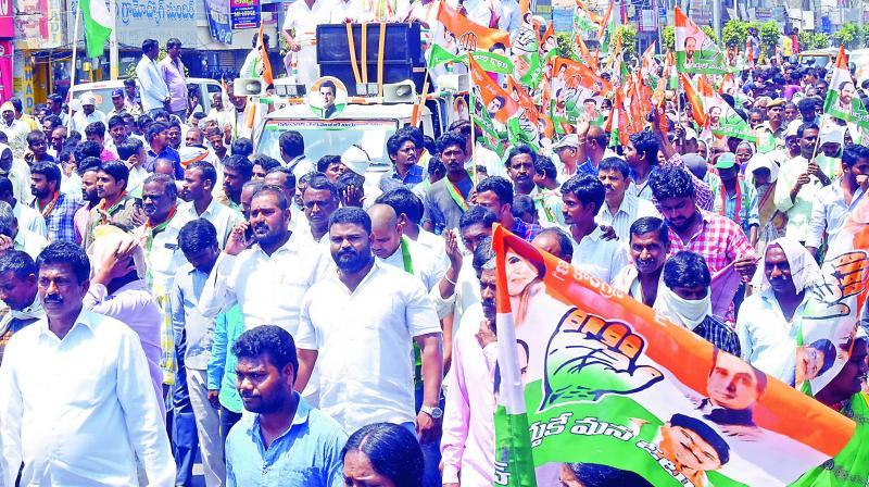 Congress LS seat contestant Ponnam Prabhakar and party activists go in a procession to submit nomination papers in Karimnagar on Monday. (Photo:DC)