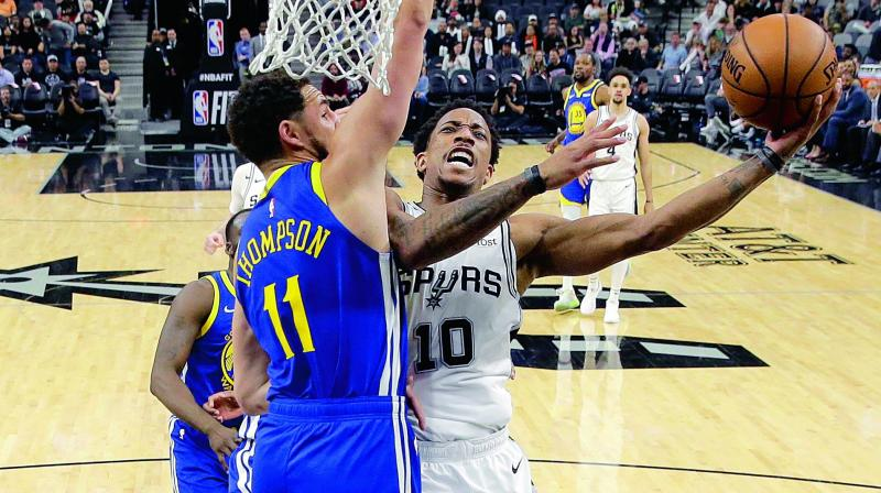 Spurs extend streak to 9 straight, stun Warriors