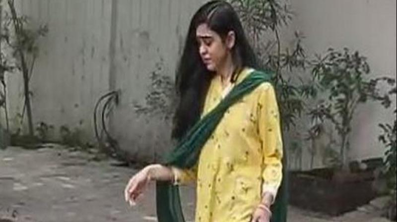 After a few minutes, Aishwarya was seen walking out of the house hurriedly, wiping tears with the dupatta she was wearing along with a yellow salwar suit. (Photo: ANI)
