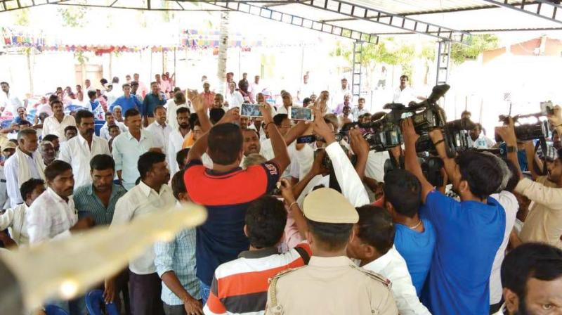 A section of Congress workers shouting slogans against Public Works Minister and senior JD(S) leader H.D. Revanna at Halli Mane at Arasikere in Hassan district on Friday
