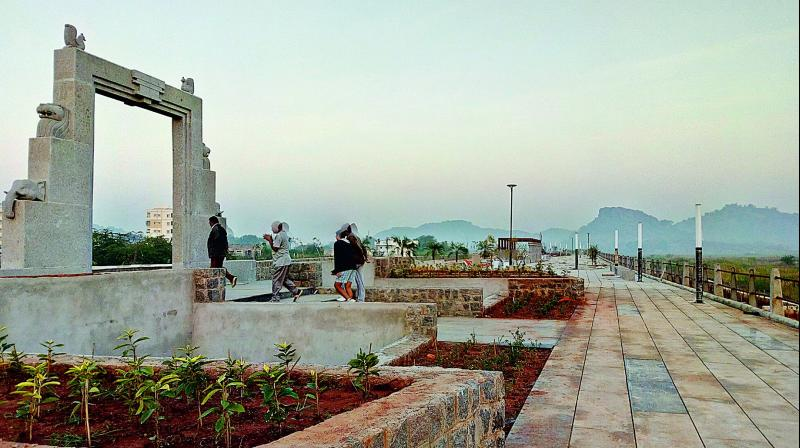 A view of the Bhadrkali foreshore promenade in Warangal. 	—DC