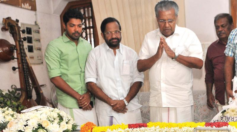 Chief Minister Pinarayi Vijayan offers last respects to late poet Pazhavila Rameshan in Thiruvananthapuram on Friday.—DC