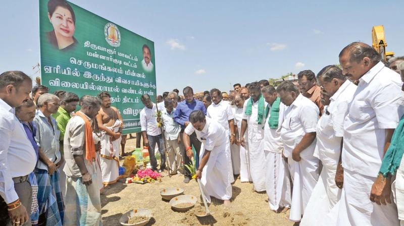 State food Minister R. Kamaraj launches the free supply of fertile soil (Vandal Man) scheme at Serrumangalam Millal lake near Mannargudi in Tiruvarur district on Saturday in the presence of collector T. Anand and others.	—DC