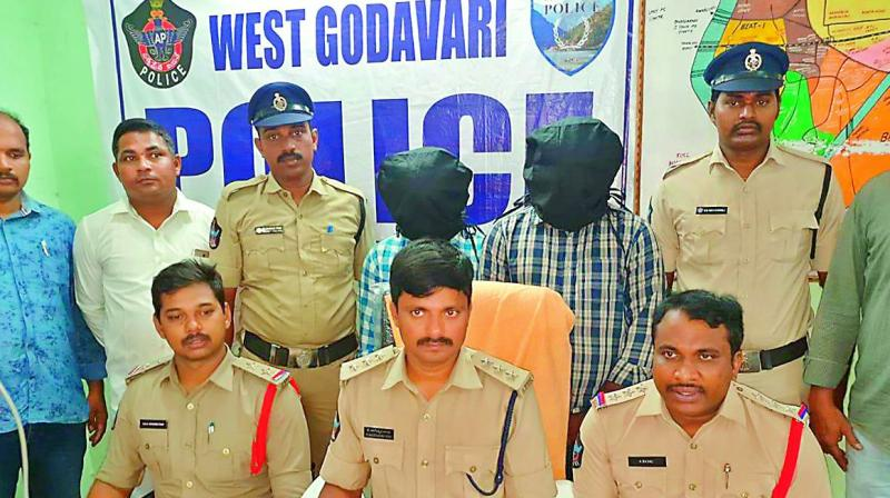 Palakollu Rural police produces the accused involved in 36 theft cases, before the media in Bhimavaram on Tuesday. — DC