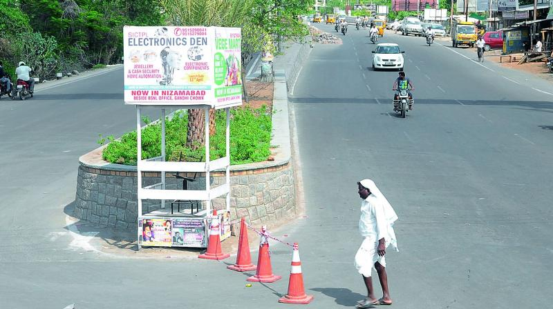 Traffic is sparse as temperatures soar in Nizamabad on Saturday. (Photo: DC)