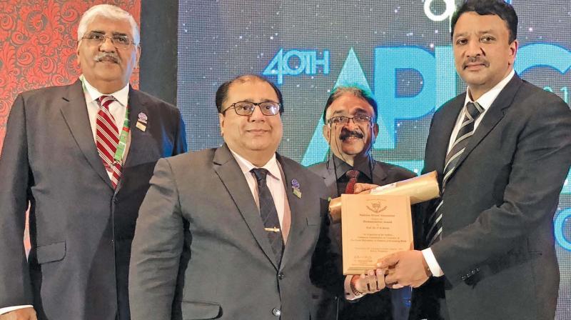 Chennai based craniomaxillofacial surgeon, Prof. Dr. S. M. Balaji  being honoured with the Pakistan Dental Association's Humanitarian Award.
