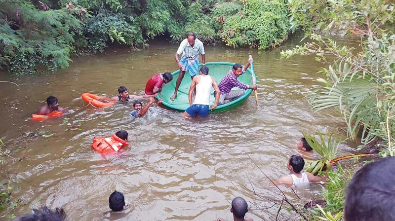 Team trying to rescue victims.      Image: DC