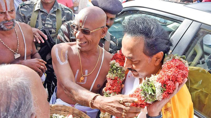 DMK working president M K Stalin being accorded a traditional welcome by the priests of Sri Ranganathaswamy temple at Srirangam on Friday.(Photo:DC)