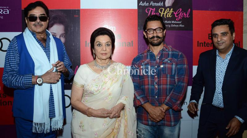 Aamir Khan and Shatrughan Sinha launched yesteryear actress Asha Parekh's autobiography 'The Hit Girl' in Delhi on Sunday. (Photo: Viral Bhayani)