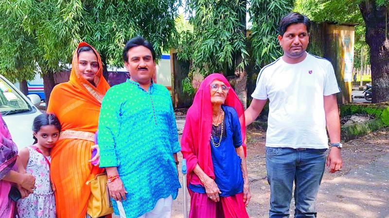 Dilip Joshi meets 108-year-old fan from Rajasthan