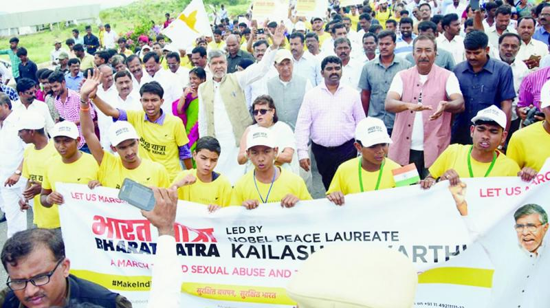Noble laureate Kailash Satyarthi leads a rally from Kodikonda checkpost in Anantapur district after his arrival from Karnataka.(Photo: DC)