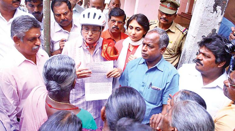 Puducherry Lt Governor Kiran Bedi interacts with public during inspection of Muthialpet fish market site. (Photo: DC)
