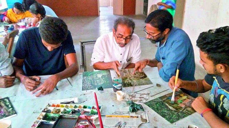 Mentor: Senior artist A. Rajeswar Rao explaining the students at the workshop.