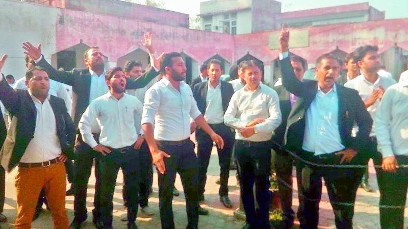 Kathua: FIR against lawyers for blocking cops
