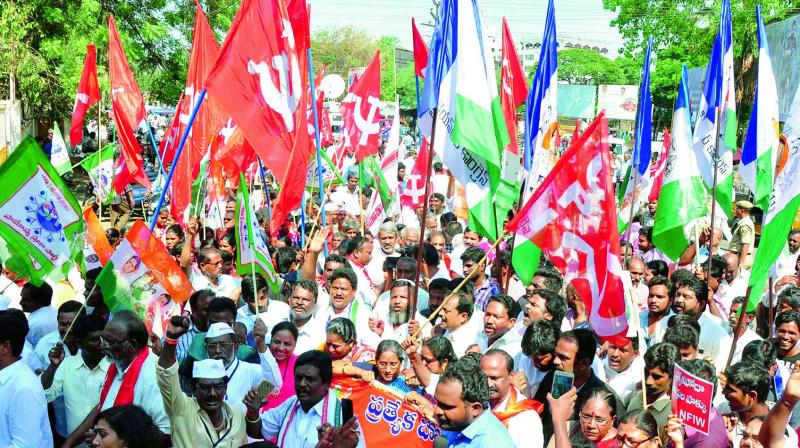 Activists from various parties stage a protest at Lenin centre in Vijayawada on Monday,  as part of state-wide bandh, demanding Special Category Status to AP. (Photo: DC)