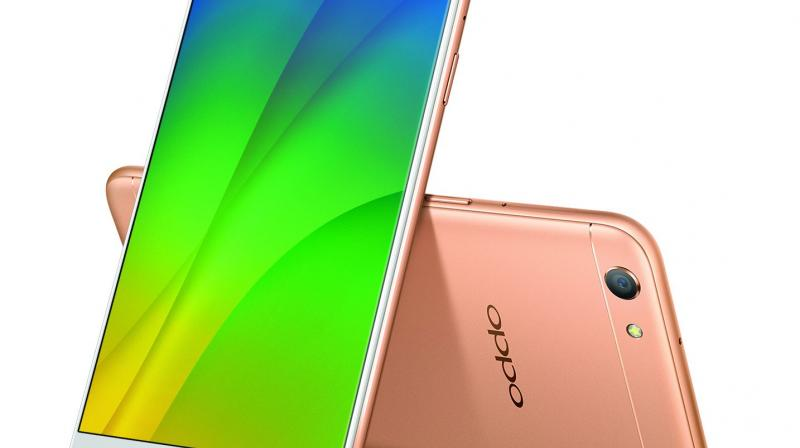 The device comes with 16 plus 8 megapixel lenses for its front camera. Unlike other brands, who use two lenses for capturing in colour and monochrome, the Oppo F3's one lens is for clicking normal selfies and the other is for capturing wide angle shots or groupies.