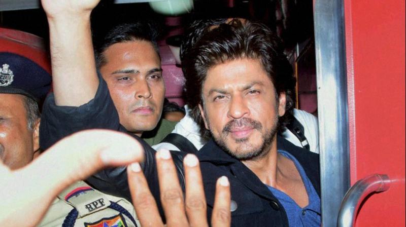 Bollywood actor Shah Rukh Khan travelS from August Kranti express towards Mumbai Central to Delhi in Mumbai. (Photo: PTI)