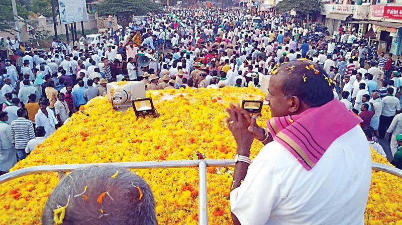 Chief Minister H.D. Kumaraswamy campaigns for his son and JD(S) candidate from Mandya Lok Sabha constituency Nikhil Kumaraswamy at Pandavapura in Mandya on Monday (Photo: KPN)