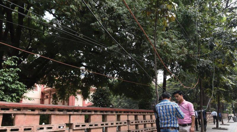 Bescom has been warning these OFC cable operators to remove their overhead lines, but in vain. Now, Bescom and BBMP, have decided to act together to end this menace.