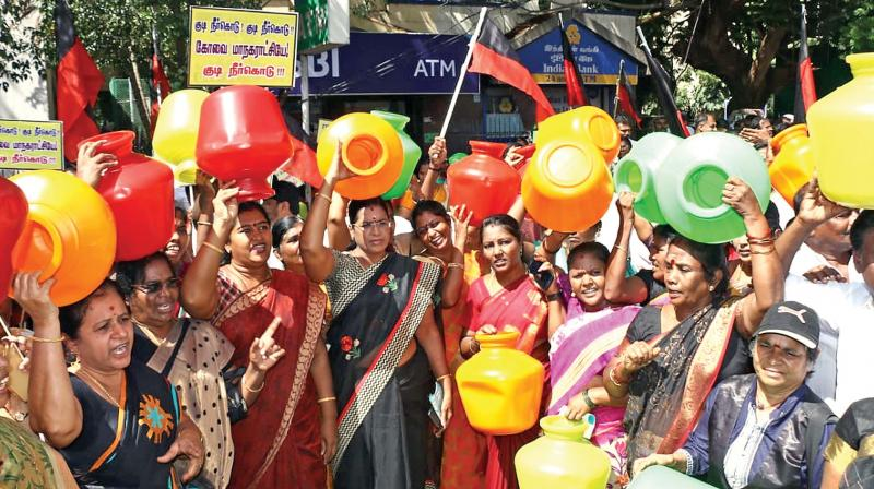DMK cadres attempting to lay siege to the Coimbatore corporation office seeking water.  (DC)