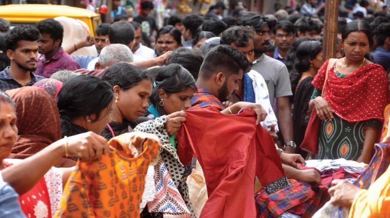 Ernakulam Broadway wears a busy look due to last minute Onam shoppers on Tuesday.  – SUNOJ NINAN MATHEW