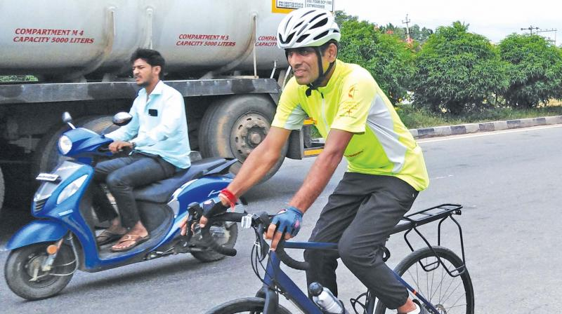 Santhosh on a cycle yatra, reached Hosur on Monday.