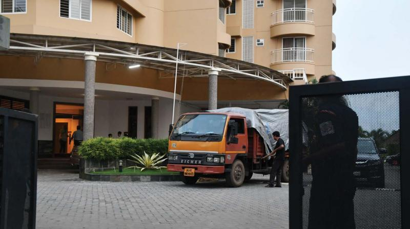 Few residents of the controversial apartments in Maradu facing demolition started packing off as the deadline for vacating apartments begins on Sunday. A truck filled with household goods seen leaving Alfa Serene, one of the apartments facing demolition, on Saturday (Photo: DC)