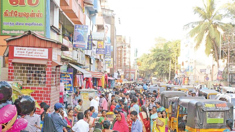 People thronging MC road in RK Nagar on Thursday. (Photo: DC)