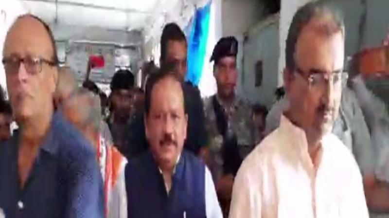 Vardhan, accompanied by his deputy Ashwini Choubey, visited Sri Krishna Medical College and Hospital (SKMCH) where 79 children have lost their lives. The central ministers, however, had to face public outrage as black flags were shown to their convoy. (Photo: ANI)