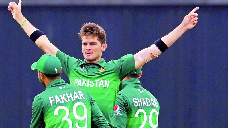 Pakistan pace bowler Shaheen Afridi (center) celebrates with teammates after dismissing New Zealand batsman Colin Munro in Birmingham on Wednesday. (Photo: AP)