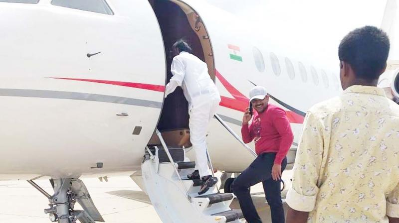 Congress rebel MLA and Housing Minister M.T.B. Nagaraj boards a chartered flight to Mumbai in Bengaluru on Sunday morning, a day after he said he will reconsider his resignation (Photo: DC)