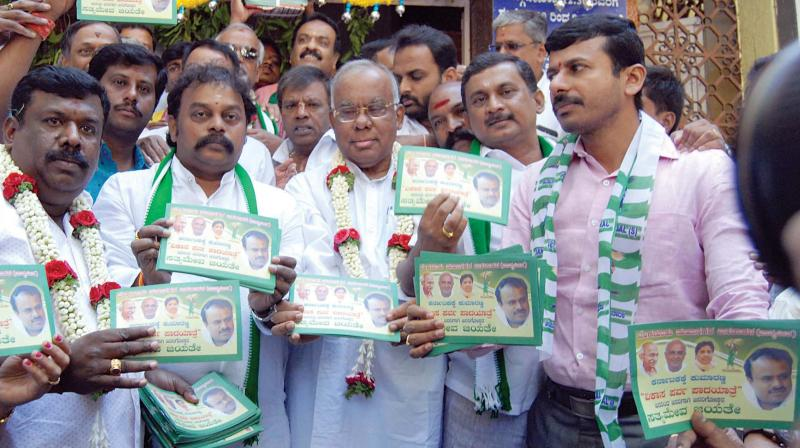 JD(S) leader and former minister PGR Sindhia inaugurates the party's 'Kumara Parva' padayatra in Bengaluru on Tuesday.