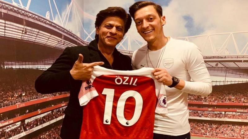 Shah Rukh Khan with footballer Mesut Özil. (Photo: Twitter)