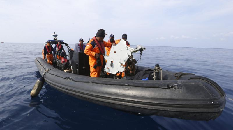 Rescuers conduct search operation in the waters of Ujung Karawang, West Java, Indonesia after the Lion Air plane crashed into the sea. (Photo: AP)