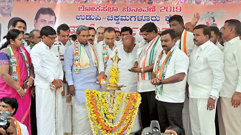 JD(S) supremo H.D Deve Gowda, coalition government's co-ordination committee chairman Siddaramaiah, KPCC president Dinesh Gundurao and others during an election rally in Chikkamagaluru on Monday.  (Image: KPN)