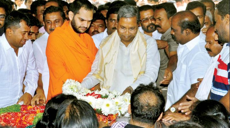 Former CM Siddaramaiah pays his last respects to Deputy Mayor Ramila Umashankar (inset) who died of a massive heart attack in Bengaluru on Friday. (Photo:KPN)