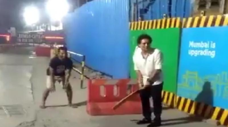 Sachin stops auto , plays gully cricket with youngsters in Mumbai