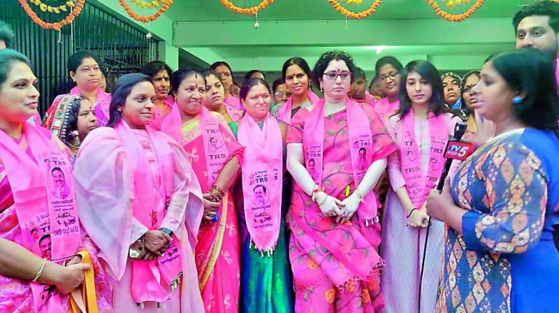 Padma Anil Kishan (extreme left), Padma Rajgopal (second left), Danam Nagender's daughter (extreme right) and Nagender's wife (second right)
