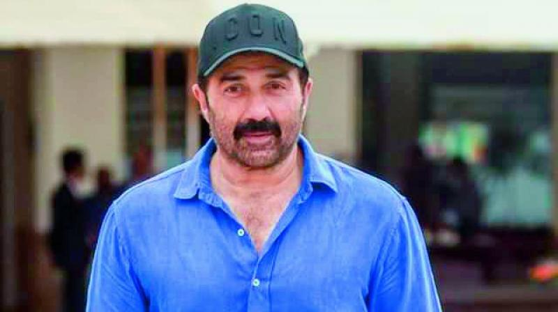 Thankfully for Kapadia, aunt Dimple and family friend Sunny Deol came to his rescue and took the trouble of taking charge and presenting the film.