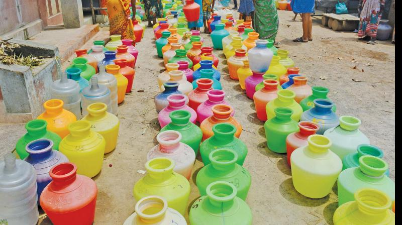 Residents of Anakaputhur have kept water pots in long queue waiting for water. (Image DC)