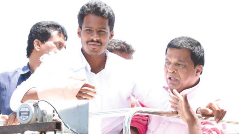 JD(S) candidate Nikhil Kumaraswamy  campaigns in Mandya on Sunday.  (Image: KPN)