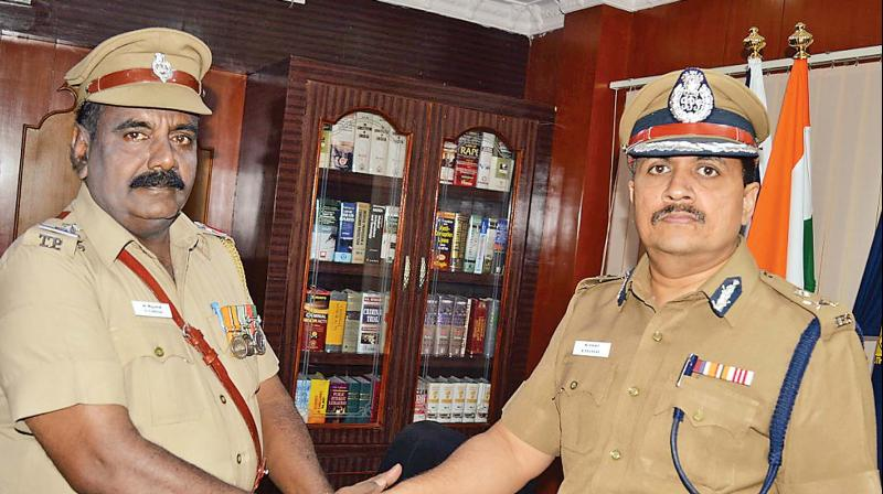 Salem commissioner K Shankar was all praise for SI's quick investigation and gave him a reward.